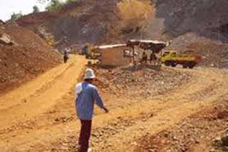 Warga di Lamongan Jawa timur memblokir lokasi tambang batu kapur karena aktivitas tambang sangat mengganggu warga