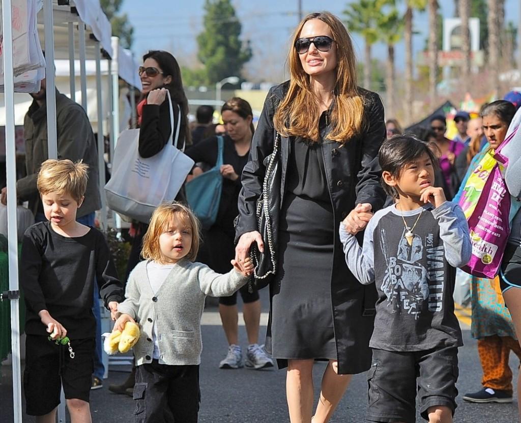 http://2.bp.blogspot.com/-RMjGmE75KPY/T4G-JPqXl5I/AAAAAAAAAC4/516_2HEcOe0/s1600/Angelina+Jolie+Kids+2010.jpg