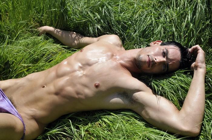 Фото парень лежит голый