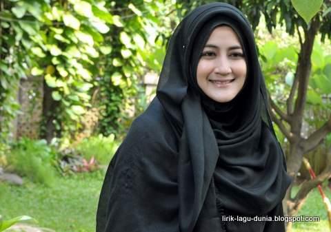 Foto Hijab Ummi Pipik Dian Irawati Istri Uje
