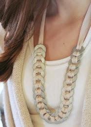 http://www.todomanualidades.net/2014/08/como-hacer-bonito-collar-arandelas-lazo/
