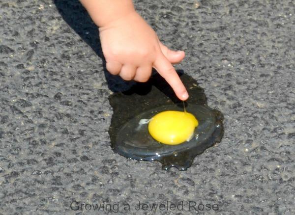 ou prajit pe asfaltul incins