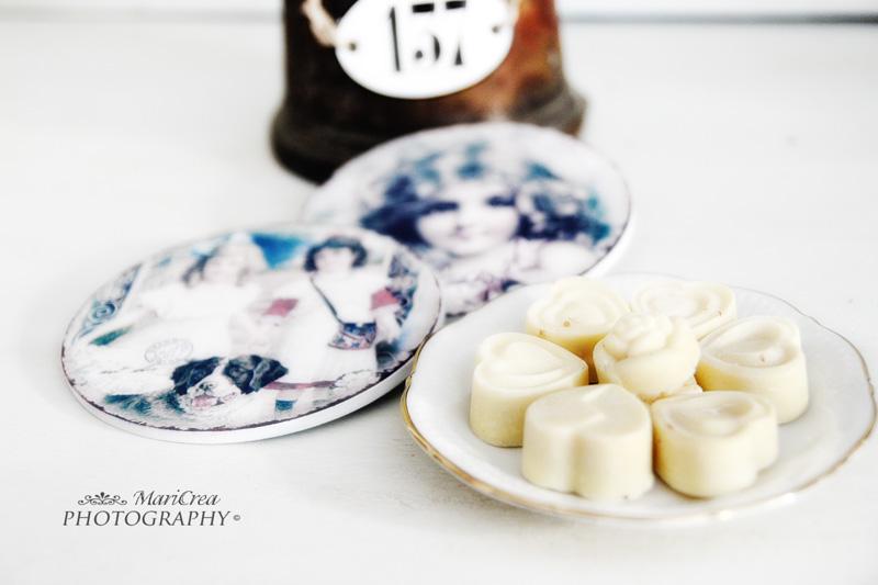 cioccolatini bianchi e sottobicchieri vittoriani
