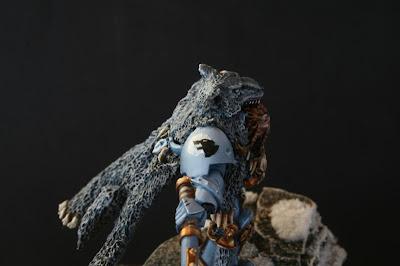 Logan Grimnar de los Lobos Espaciales de Warhammer 40000 detalle hombrera derecha