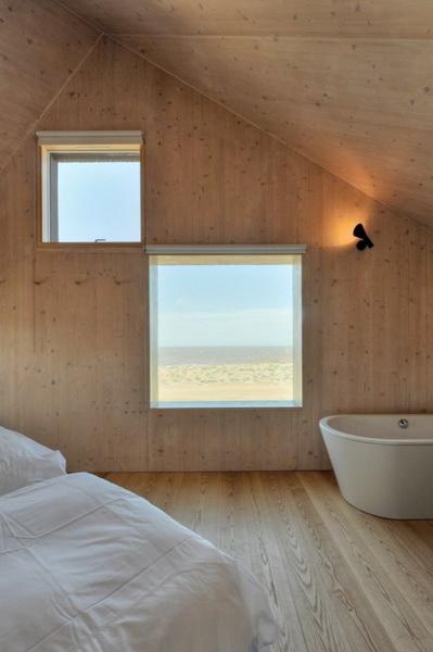 Ванная комната в красивом доме со стеклянными стенами
