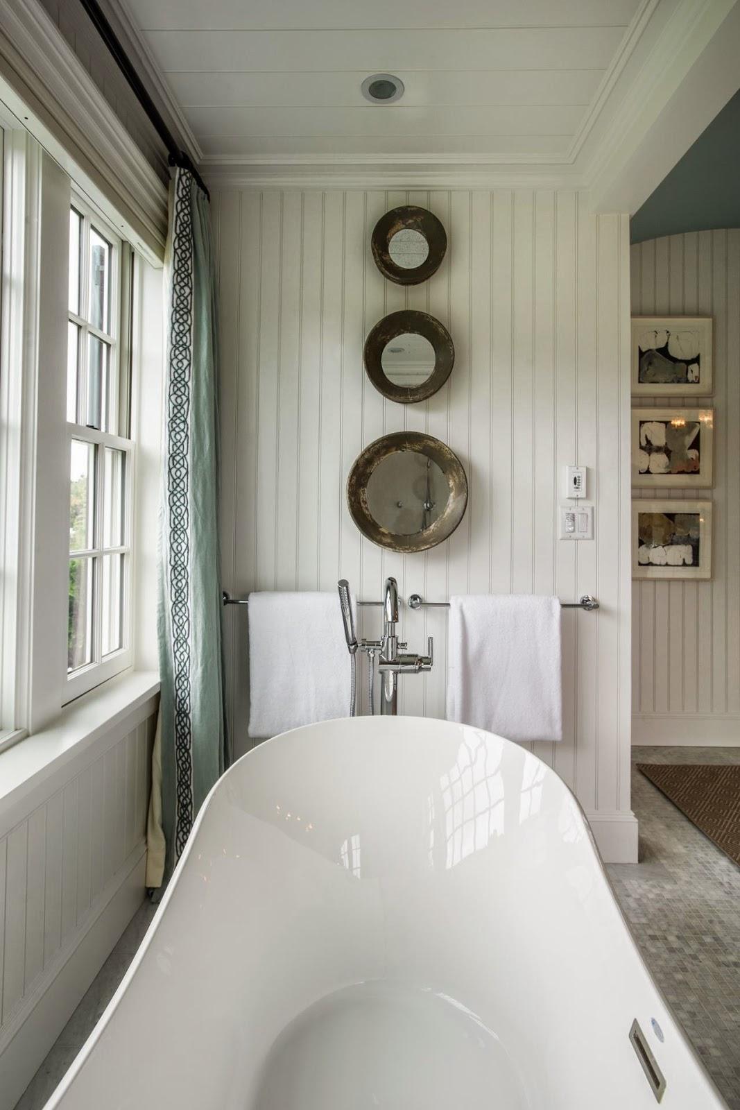 Adorei esses espelhos em frente à banheira! #5A513F 1067x1600 Banheiro Com Banheira Metragem