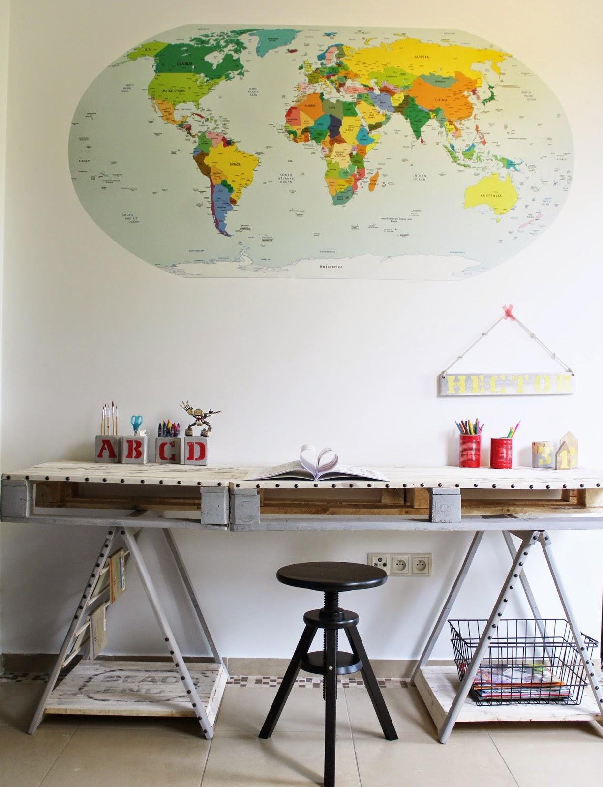 inspiracje pokój w stylu vintage,biurko z palet białe ściany mapa świata,blog wnętrza,jak urządzić pokój chłopcu,organizer na biurko łatwy w wykonaniu,biurko z palet tutorial krok po kroku DIY,drewniane dodatki do pokoju dziecka,pokój dla chłopca,biały pokój kolorowe dodatki
