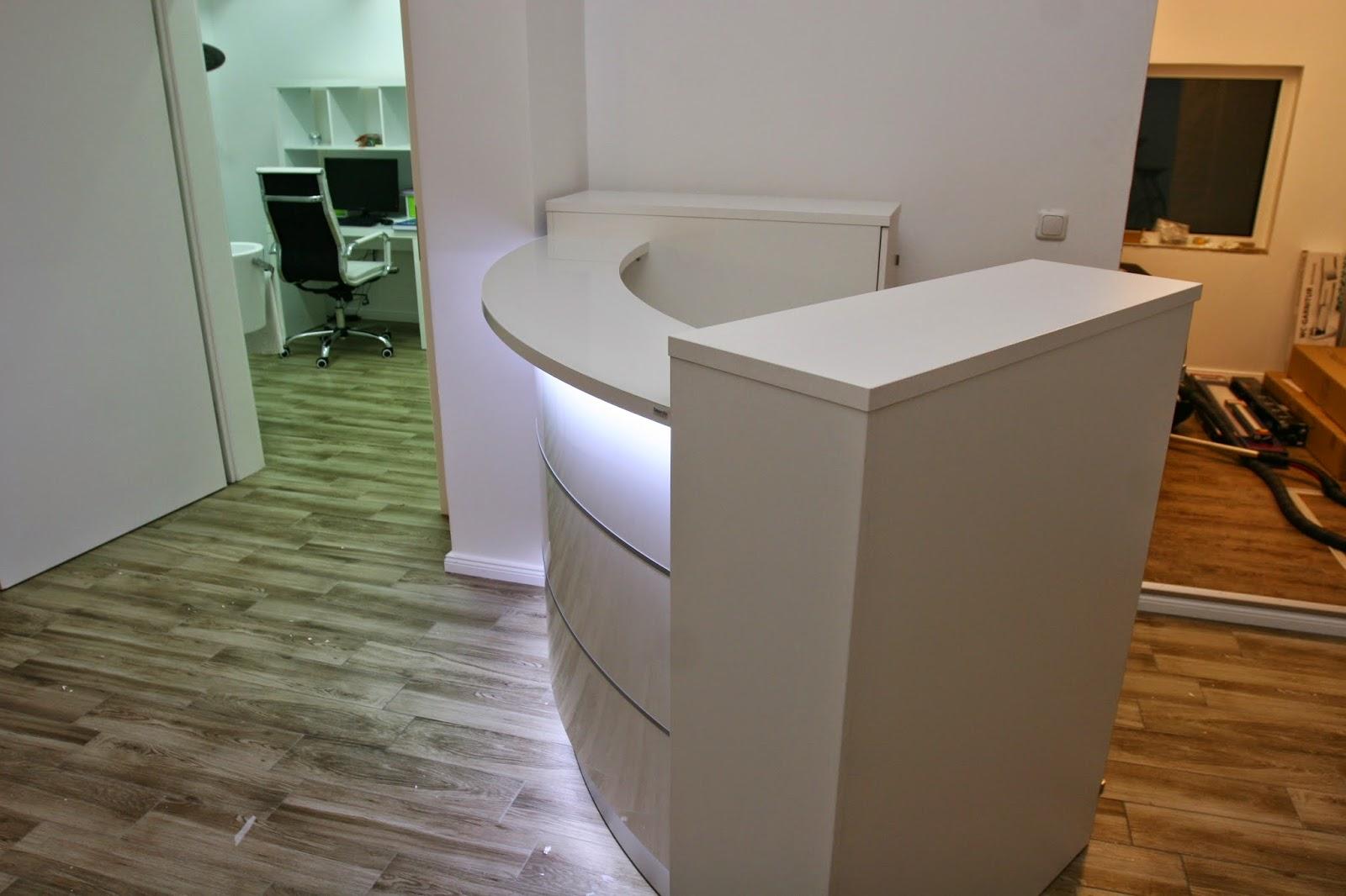 Colour up your office !: Kleine weiße runde Empfangstheke in der ...