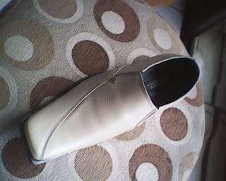 sepatu bally cream yang dilihat dari depan