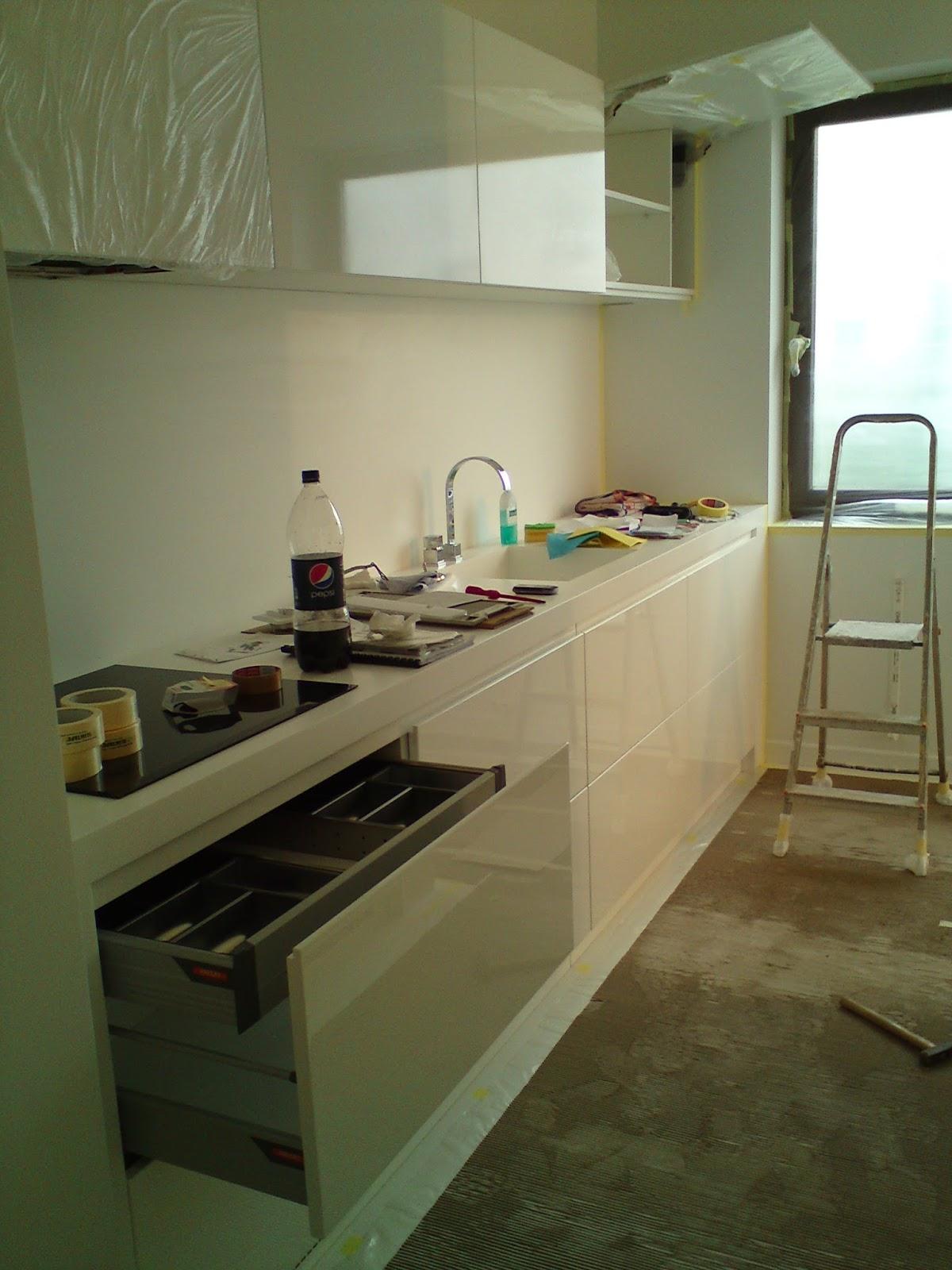 Szuflada na sztućce, biała kuchnia, meblle na wysoki połusk, nowoczesna kuchnia