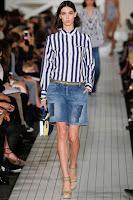 Дънкови бермуди и раирана блуза на Tommy Hilfiger