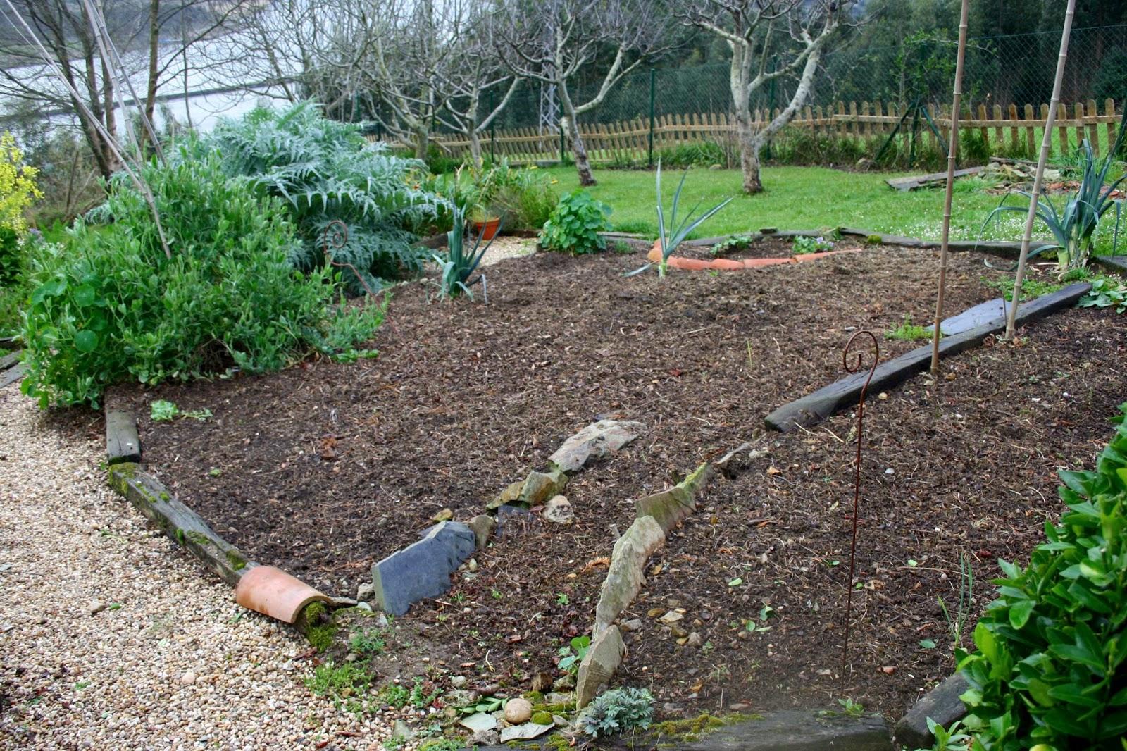 El jard n de margarita las ventajas de cubrir la tierra for Tierra para jardin