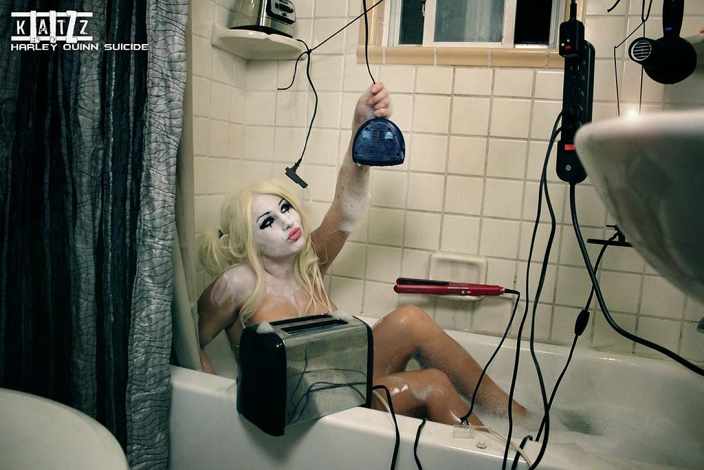 photo de cosplay féminin sexy d'harley quinn mettant en scéne son suicide par electrocution dans un baignoire