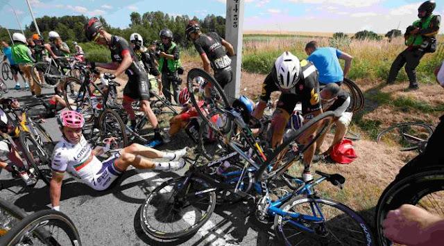 Kecelakaan Beruntun, 20 Pembalap Sepeda Langsung Tumbang di Tour de France