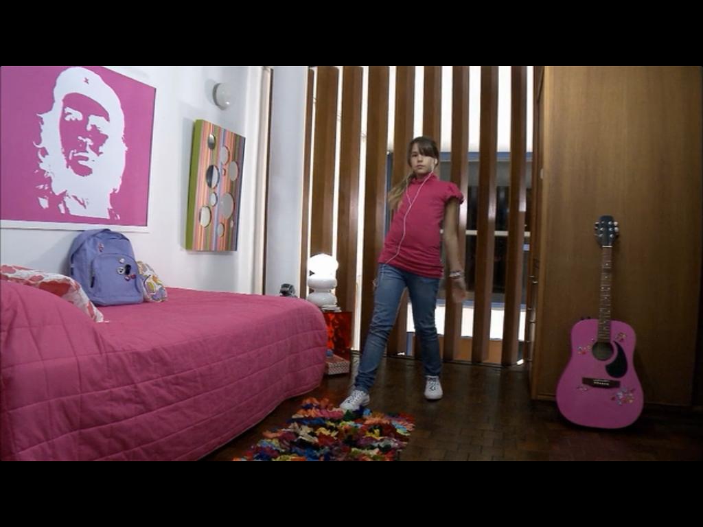 """poster rosa de Che Guevara no quarto da adolescente do filme """"O homem ao lado"""""""
