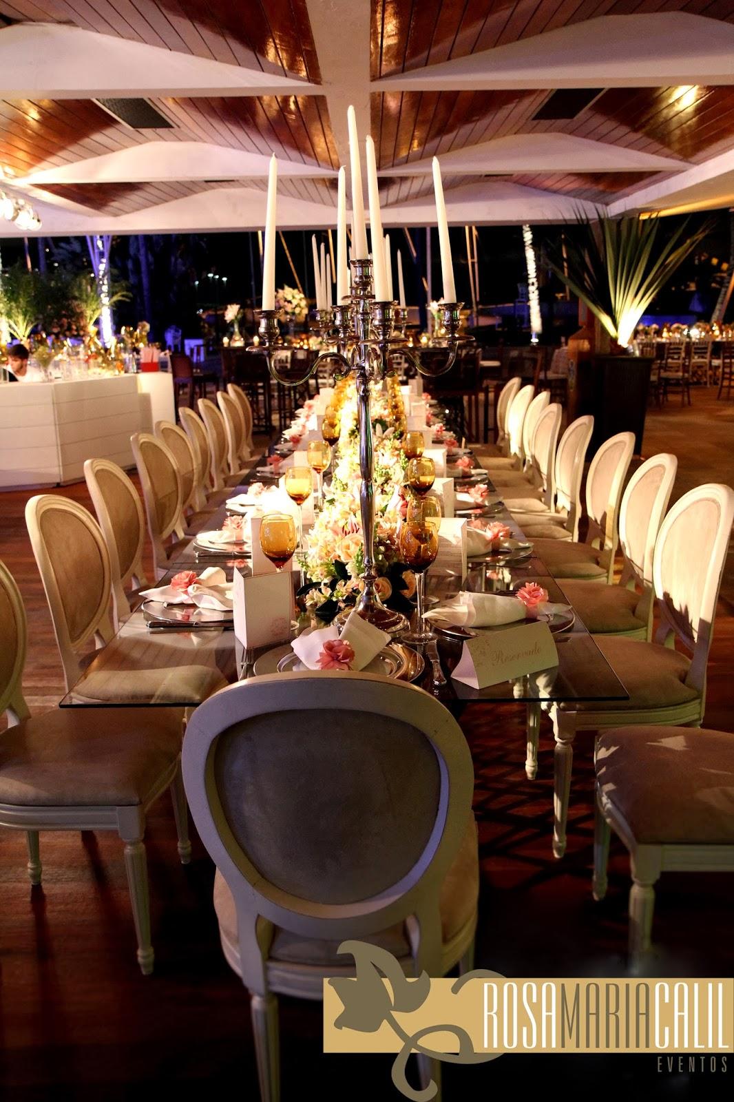 cadeira medalhão, candelabros de prata,arranjos florais, mesa de vidro, rosa maria calil