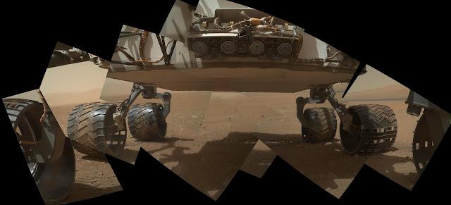Foto das rodas e do assoalho do Curiosity em Marte