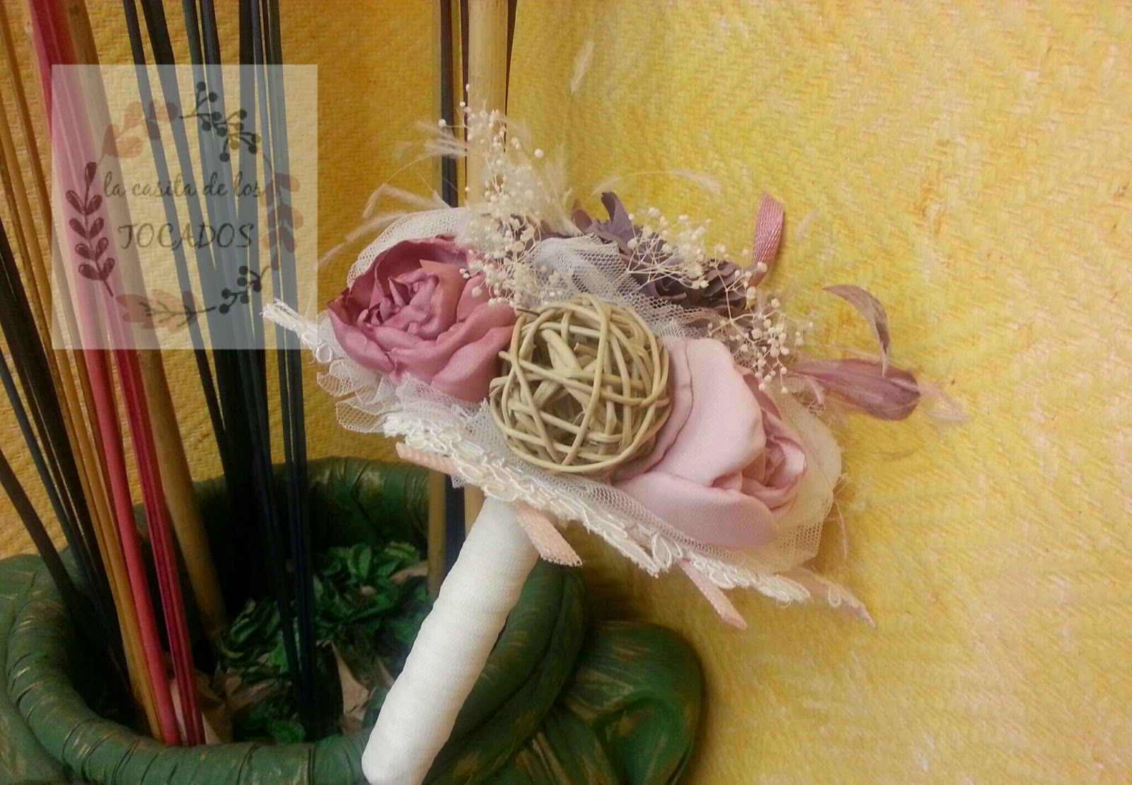 ramo vintage artesanal para novia en tonos rosas, malvas, beige, marfil y blanco