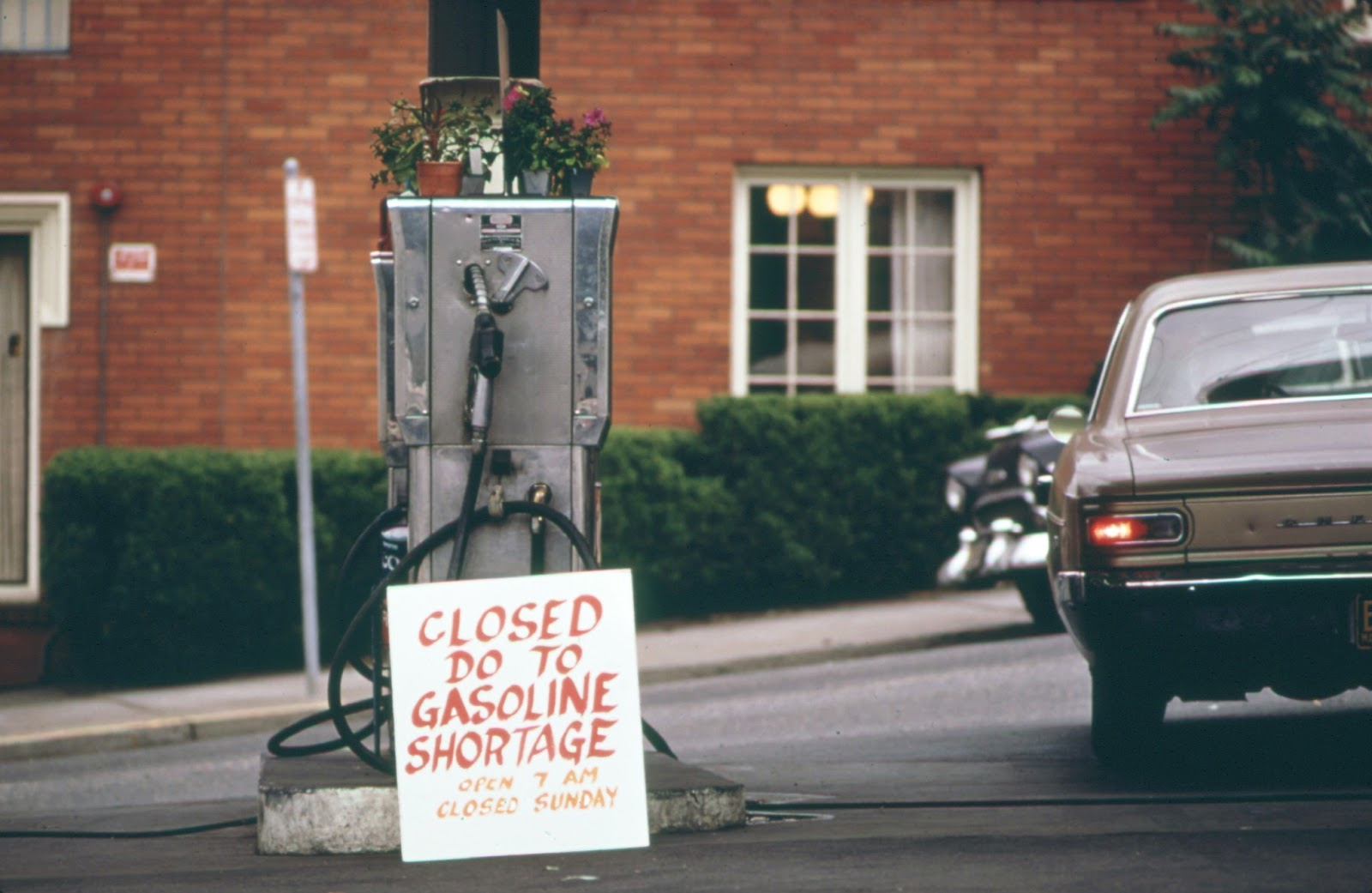 how did the gasoline shortage of Gasoline prices soared, and the american economy plunged into a recession the threat of a gasoline shortage and rationing created long lines at gas stations it was 1973-74 all over again.