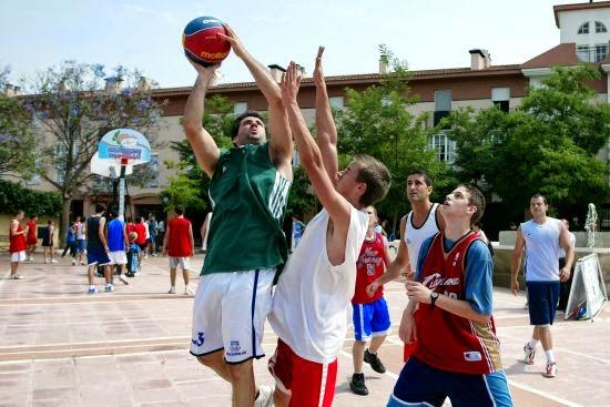 El baloncesto en la calle con amigos