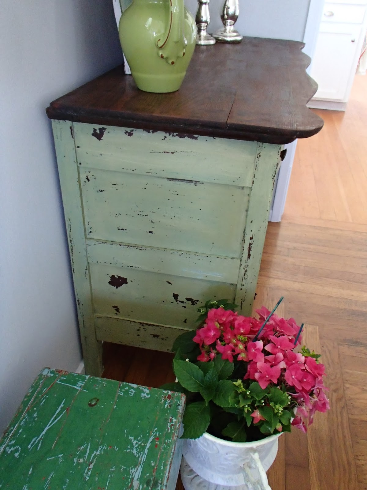 D d 39 s cottage and design green chippy milk paint dresser for Effet vieilli meuble