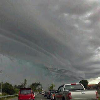 Foto awan berbentuk naga di ciawi