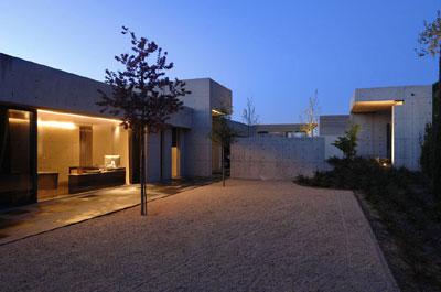 Casa familiar moderna de formas simples