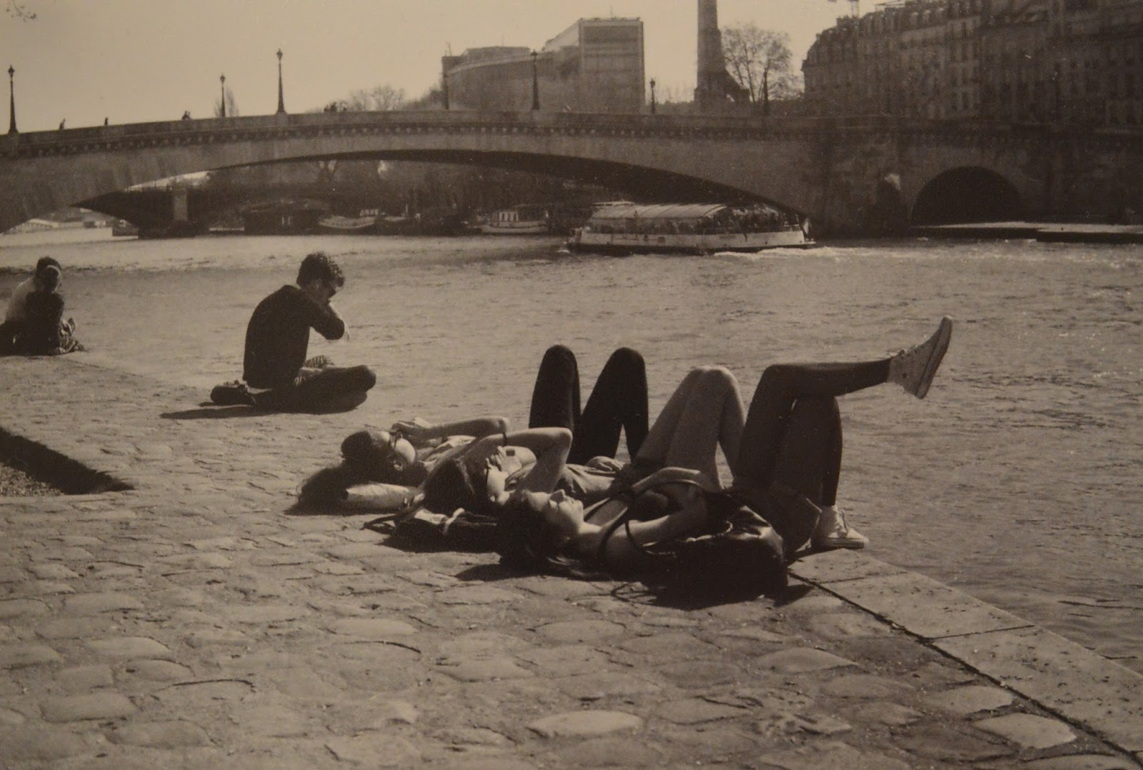 Photography: Three girls on the banks of the Seine, Paris
