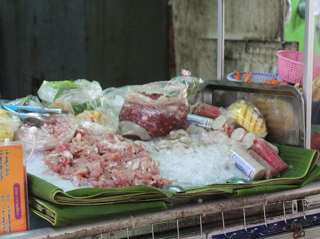 comida en un mercado en bangkok