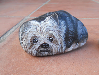 piedras pintadas a mano con perro Yorkshire