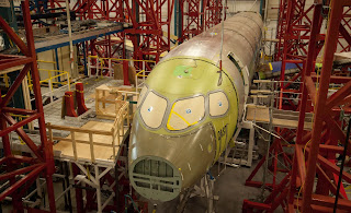 http://2.bp.blogspot.com/-RVGIO2JVkp4/UH8rZqPZbKI/AAAAAAAACPQ/4CwYd8yFAjo/s1600/CSeries-Complete-Airframe-Static-Test-CAST-nas-insta%C3%A7%C3%B5es-de-St-Laurent-em-Qu%C3%A9bec-foto-Bombardier.jpg