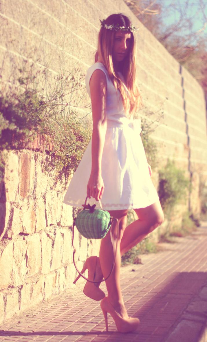 Blogger Mónica Sors con vestido blanco, look romántico con diadema de flores en blog de moda