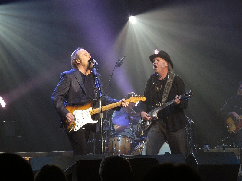neil-young-stephen-stills-light-up-blues-benefit-los-angeles-4-25-2015    Young Stephen Stills