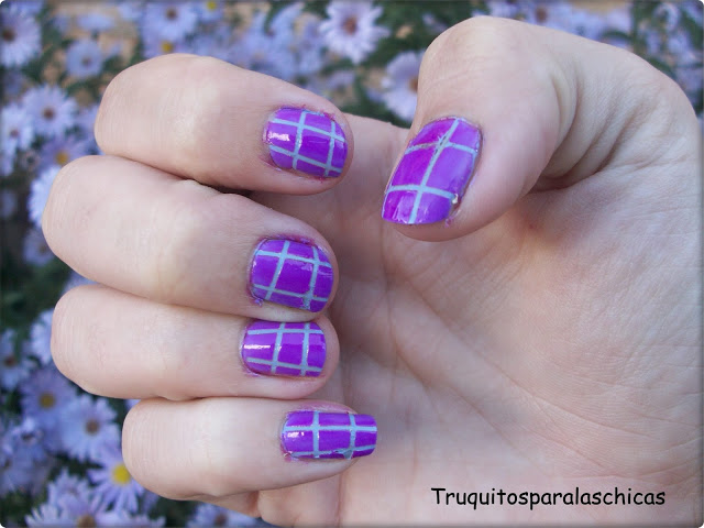 Manicura lila con cintas