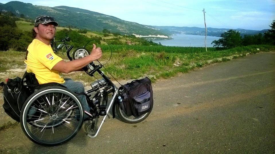 Vasile Stoica îşi continuă călătoria celor 12000 de kilometri prin Europa în scaunul cu rotile. Iată unde se află în prezent