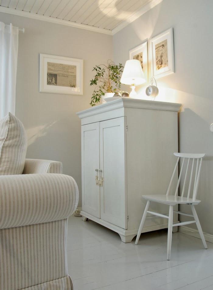 talonpoikaiskaappi, lipasto, vanha, valkoinen, old 1950's home, white interior, scandinavian style