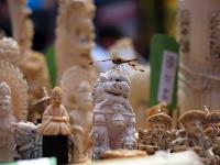 Detalhe de peças de marfim apreendidas e que foram reunidas na Times Square, em Nova York, para serem destruídas na sexta (19) (Foto: AFP Photo/Jewel Samad)