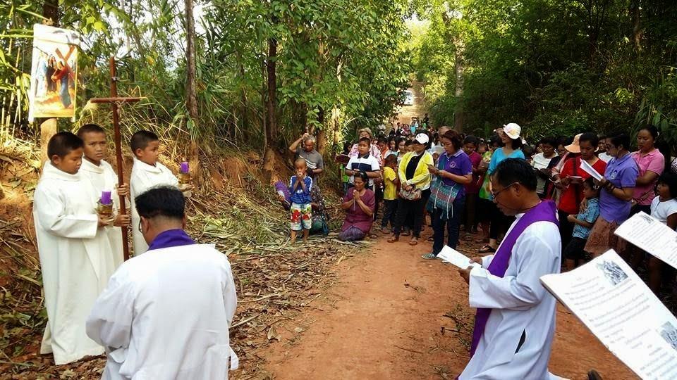 Sacerdotes, seminaristas y monaguillos y pueblo Xtno. en Tailandia