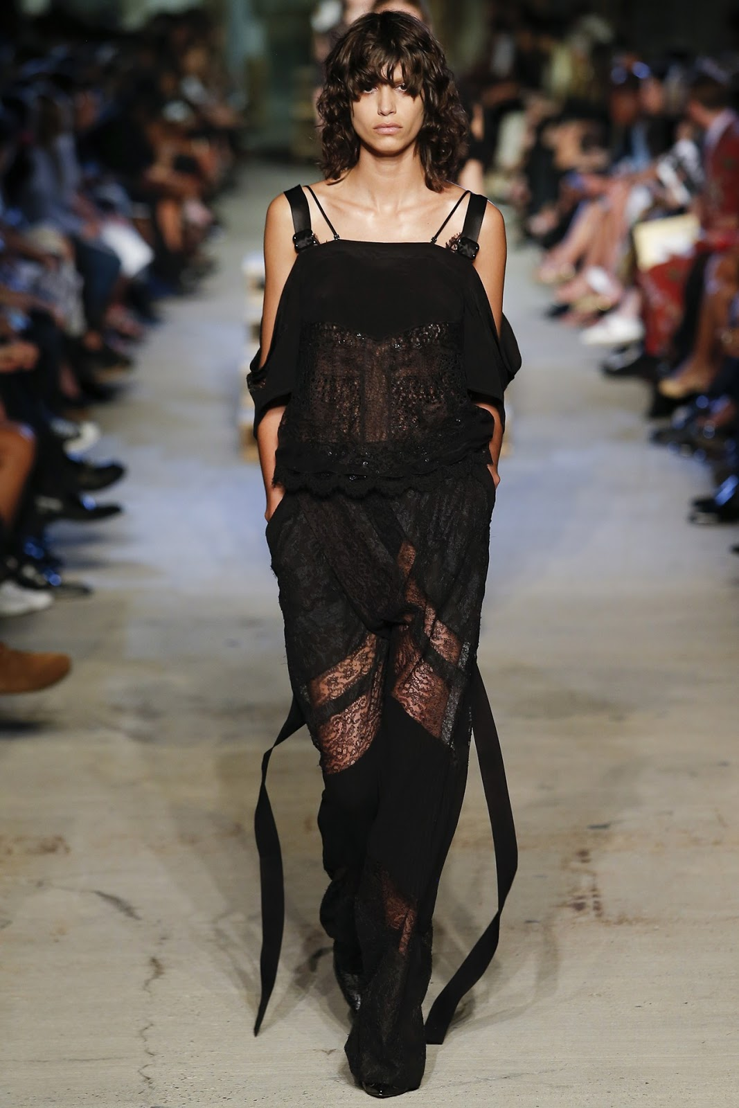All you need to know about Givenchy Spring/Sumemr 2016 show, the highlights, the video, the collection. All via fashionedbylove.co.uk, british fashion blog