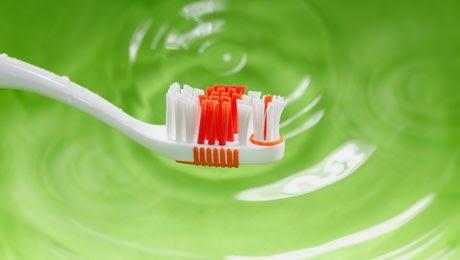 Πλύνετε την οδοντόβουρτσά σας καλά με νερό της βρύσης κάθε φορά που το χρησιμοποιείτε.