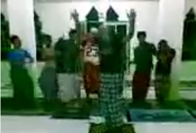"""Sholat Jamaah dengan Musik """"Ajep-ajep"""" Ini Tuai Kecaman"""