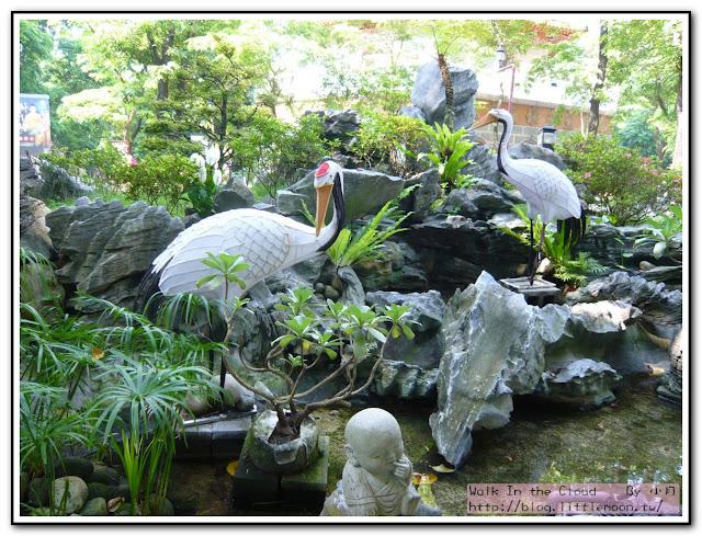 佛光山公園裡的鶴與小和尚