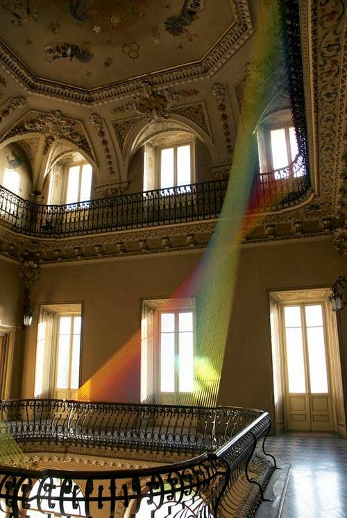 アーティストのガブリエル・ドーの作品特有のカラフルなインスタレーションは、繊維と言うより光線に見える。