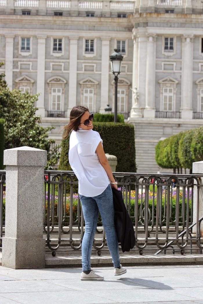 Camisa Blanca, vaqueros, zaptillas Blazer tachuelas