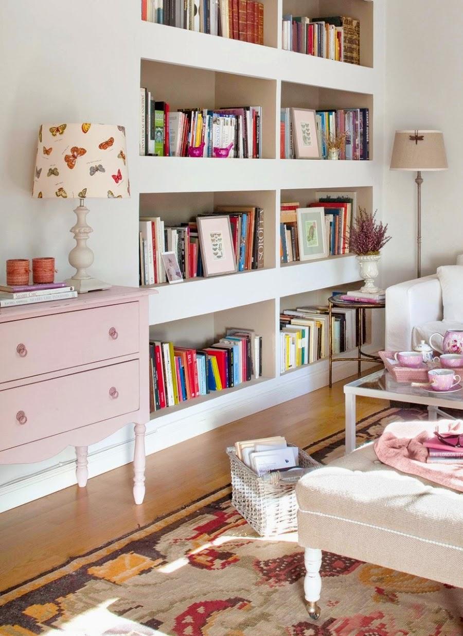 Wystrój wnętrz, home decor, wnętrza, urządzanie mieszkania, styl francuski, styl romantyczny,jasne wnętrza, róż, pastelowy róż, pastelowe kolory, salon, pokój dzienny, regał, biblioteczka