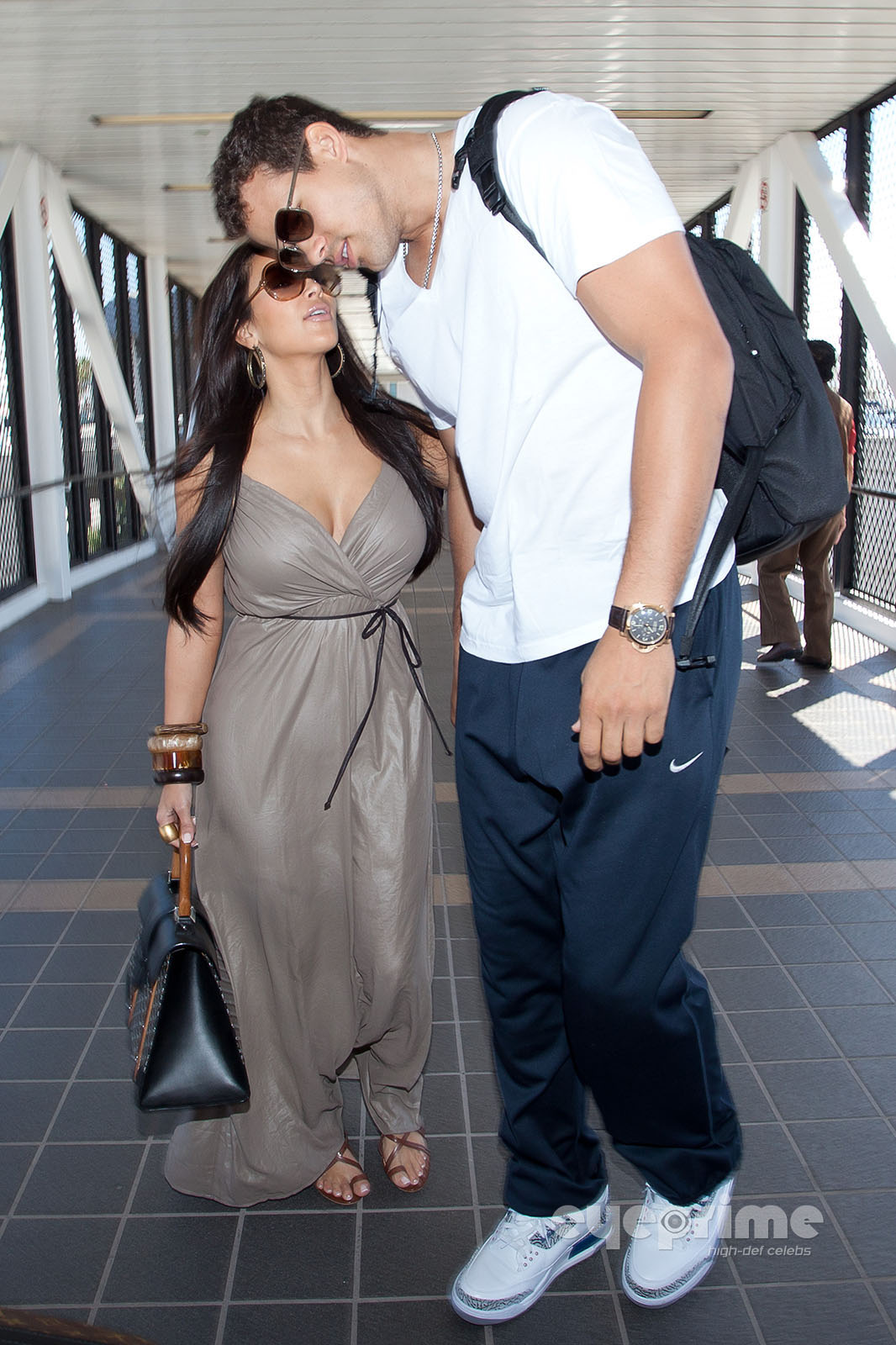 http://2.bp.blogspot.com/-RaZQzcS9psw/UQ6--TmsZ0I/AAAAAAAA6q0/7vKeRvMc3ak/s1600/Kim-Kardashian-and-husband-Kris-Humphries-depart-LAX-Aug-22-kim-kardashian-and-kris-humphries-24753378-1066-1600.jpg