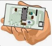 forma de sostener las placas de circuitos electrónicos para evitar daños por electricidad estática