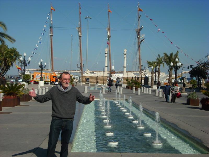 Plaza de San Juan de Dios (Cádiz), con Elcano al fondo.