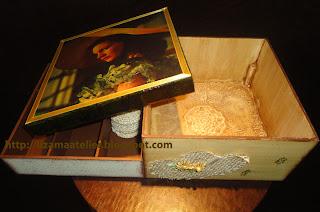 fita de cetim colada numa caixa com decoupage