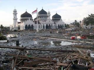 news item kita berserah pada yang kuasa bahwa tsunami di aceh adalah musibah cobaan untuk kita supaya kita lebih bertaqwa kepada nya